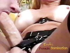 Milf dominante fa schiacciare il suo schiavo nel culo