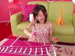 Ragazza giapponese prende un giocattolo nella sua figa stretta