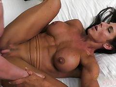 Culturista femminile nuda Briana scopa il suo fidanzato