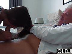 Dziadek Fucks 18-letnia ciasna cipka w sypialni