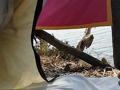 Je me masturbe dans une tente face à la mer, gros barré!