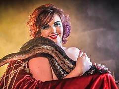 Larah Jane nuda con il serpente