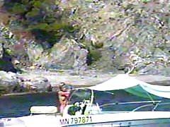 Blond nudysta na podglądaczu łodzi