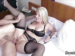 MILF tedesca ha catturato Young Boy e lo ha sedotto per scopare
