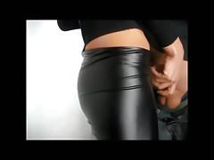 Guy kapeje přes partnerské kožené kalhoty