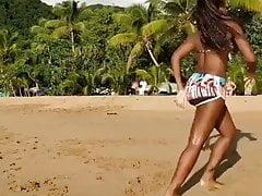 Grande palla di danza nera in spiaggia