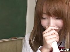 La colegiala Sana Anju usa una flauta para follar sus tetas y