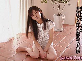 娇小的日本宝贝pussylicked和性交
