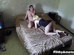 Squirty femme dépravée obtient éjaculation dans sa bouche en vraie orgie