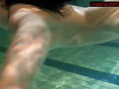 Schwarzhaarige Schönheit Irina unter Wasser