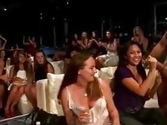 Hot dámy sání kohout v nočním klubu