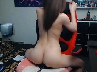 性感的緊身女孩騎在網絡攝像頭上的假陽具