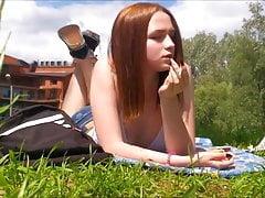 rokend meisje buiten