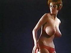 C'MON EVERYBODY - une danseuse aux seins énormes et branlante