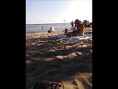 asiatischer FKK-Exhibitionist am Strand von Oka