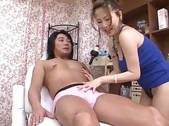 Perky Yuki Aida dává horndogu sexuální masáž, aby to trvalo