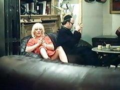 Une maman blonde se fait coquine - vidéo vintage