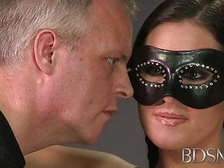BDSM XXX束缚大师带来了他可爱的亚洲子女孩