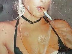 Mia Julia auf die Zigarette gepisst
