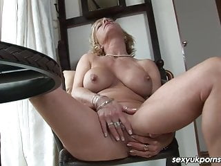 Mature UK pornstar Jane Bond boffs her muff with a fat dildo