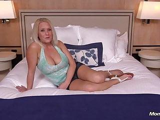 Den blonda fru och jätte morot