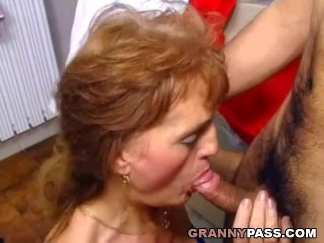 Szex előtt még jól leszopta fia szőrös faszát az anyuka
