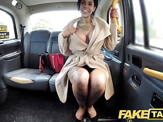 Taxi finti Tatuaggi grandi tette succose e gambe lunghe diventa anale