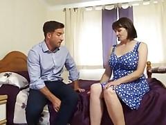 Félénk anyuka végül ráveszi a fiát hogy szexeljen vele