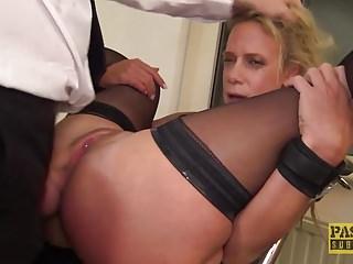 La skank britannica Sasha Steele si fa scopare e scopare duro nel culo