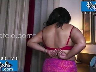 त्रिनिडाडियन नृत्य उसके शरीर दिखा नग्न