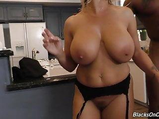 Sexy mamma matura Amber scopa una banda nera