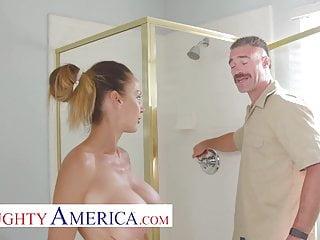 Tetona Suculenta McKenzie Lee Recibe al Plomero Desnuda