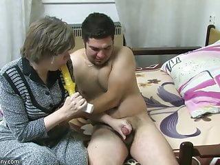 Oldnanny Vecchia signora succhia il cazzo e fa sesso con un giovane ragazzo