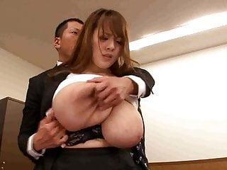 Capo giocando con segretaria tette giganti