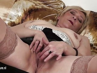 55yo Eranka loves to masturbate on her bed