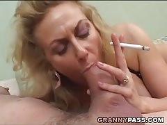 Perverz anyuka cigizés közben szopta le fia farkát