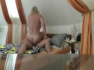 vollbusige blondine reitet schwanz