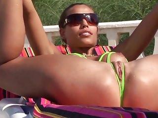 Micro Sling Bikini Öffentlich