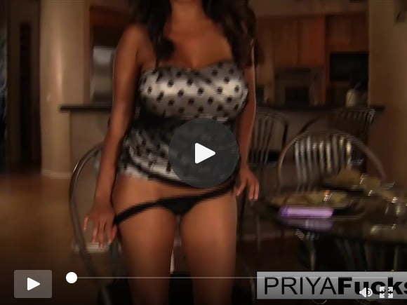 प्रिया राय खुद को सभी गर्म करती हैं और उनके साथ परेशान होती हैं