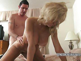 La cougar tettona Cam Raye si prende un cazzo nella sua fica matura
