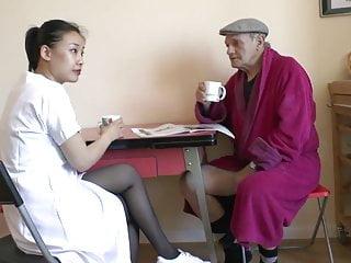 Den franska farfar och den trevliga asiatiska sjuksköterskan