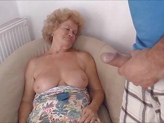 Aus oma nackt zieht sich Enkel Zieht