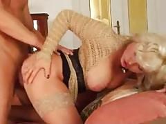 Felnőtt nagy mellű érett anyuka a fiával szexelt a nappaliban