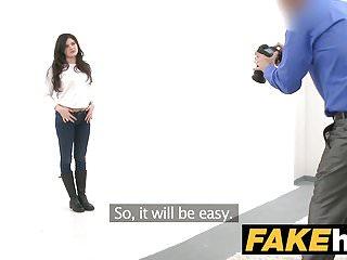 L agente falso italiano ama farsi scopare duro sul divano