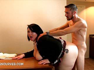 Il segretario si chinò su una scrivania