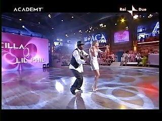 Lucilla Agosti mentre balla mostra le sue belle mutandine