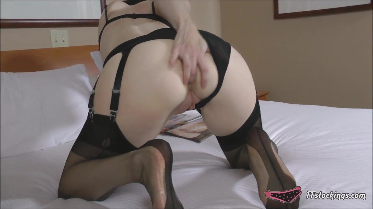 Mature stocking lady fills her ass and pussy