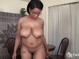 Yanks Ebony Natalia Johnson cavalca una sedia