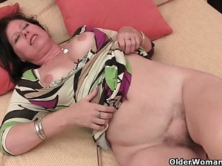 Older woman tits gives cunt a treat...