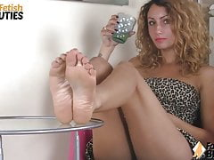 Barefoot redhead lets you get an upskirt view